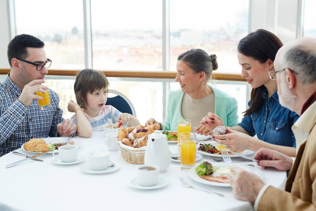 ครอบครัว ทานอาหาร
